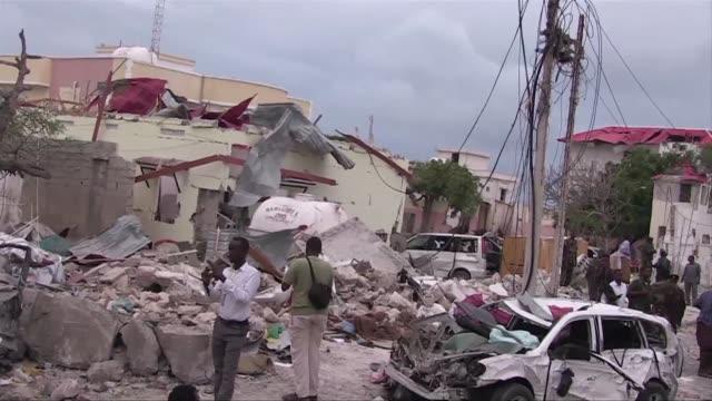 Al menos seis personas murieron este domingo en un ataque reivindicado por los insurgentes islamistas somalies shebab contra un hotel de Mogadiscio