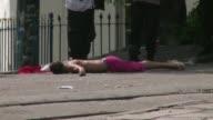 Al menos una persona murio y dos resultaron heridas eel sabado tras un tiroteo en un barrio turistico de Rio de Janeiro donde se celebraba un desfile...