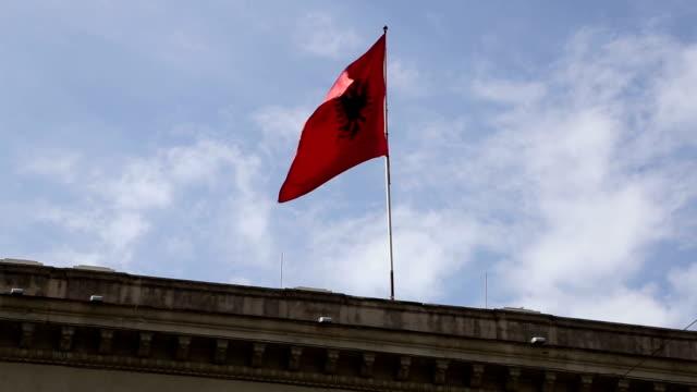 Vlag van Albanië op een blauwe hemel