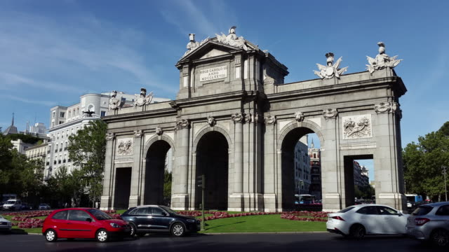 Alcalá gate door in madrid spain hyperlapse puerta de alcalá