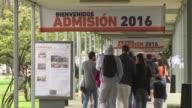 Aliviados por evitar millonarias deudas los primeros jovenes que estudiaran gratis en Chile en mas de tres decadas se matriculaban este martes en un...