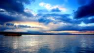 Incredibile tramonto cloud e viaggiare in barca nel lago di Ginevra