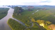 Herrliche Aussicht auf die Mangrovenwald und Gebirge im Andaman Meer, Bucht von Phang-Nga, Thailand, Aerial video