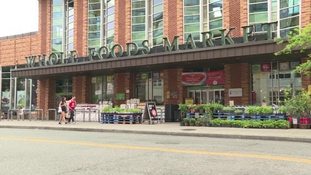 Amazon sacudio nuevamente al sector de la distribucion con el anuncio de la adquisicion de Whole Foods empresa dedicada a los alimentos organicos que...