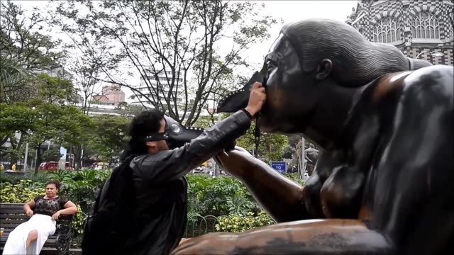 Ambientalistas del colectivo Aire Medellin vistieron el miercoles estatuas creadas por el artista connacional Fernando Botero en protesta por los...