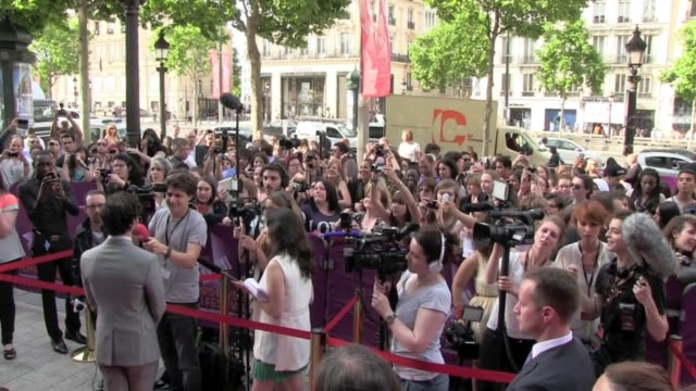 American actor singer and songwritter Darren Criss from Glee TV Show treats his fans well He took more than 15 minutes to make sure that everyone has...