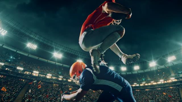 US-amerikanischer American-Football-Spieler springt über gegenüber einer
