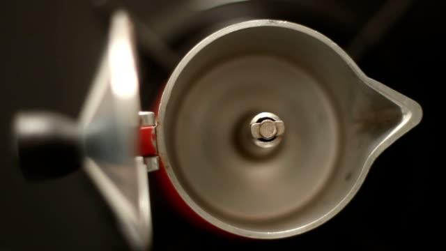 DOLLY ein Leerfahrten italienischen Kaffee Maker Moka Topf auf dem Herd