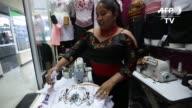 Anacos fajas y blusas bordadas a mano se abren paso en las pasarelas de Ecuador de la mano de una floreciente industria de la moda indígena que...