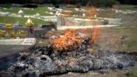 Voorouder aanbieden branden op graf site. Slow motion
