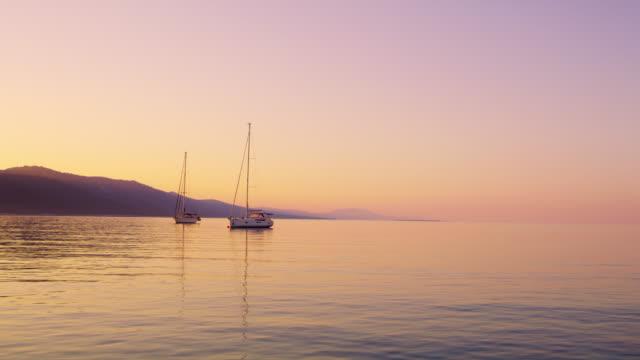 Segelboote WS verankert, in der Bucht bei Sonnenuntergang
