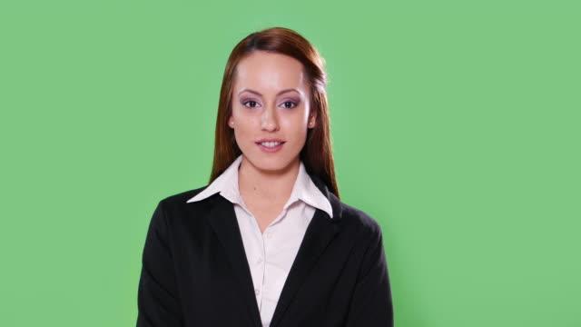 4 K-Moderatorin auf grünem Hintergrund