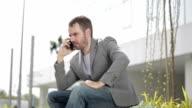 Arrabbiato Uomo d'affari utilizzando il telefono