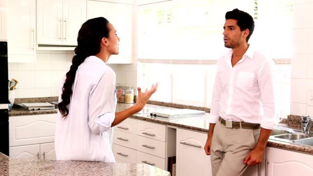 angry-young-couple-fighting-video-id497373147?s=640x640 Jika 9 Masalah Ini Terjadi Pada Kamu dan Pasangan, Yakin Masih Mau Mempertahankan Hubungan?