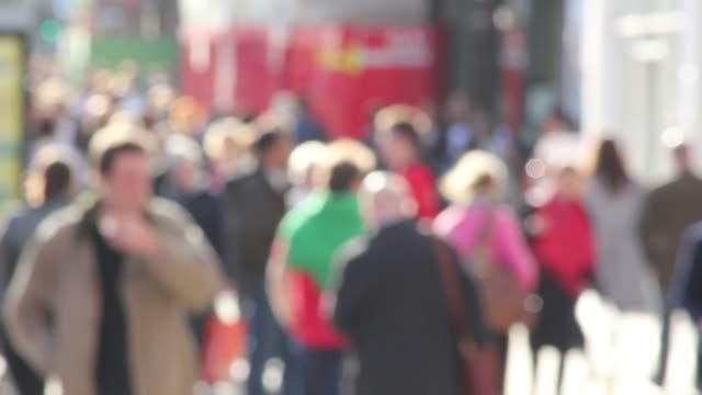 Anonyme verschwommene Leute gehen high street – Einkaufen und shopping