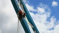 Anonyme Arbeitnehmer arbeiten an der Brücke