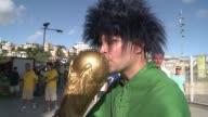 Antes del partido en que Brasil vencio a Italia 42 el ambiente alrededor del estadio Fonte Nova en Salvador era de tranquilidad pese a que los...
