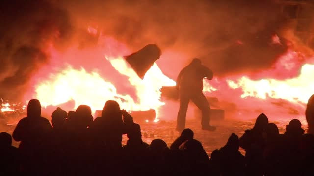 Antigovernment protesters in Kiev have been preparing for another night of confrontation with Ukrainian police after a day marked by running battles...
