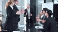 DS applaudisseren voor het succes bij de interne vergadering