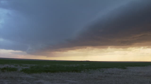 T/L of approaching storm and gust front or shelf cloud. Severe thunderstorm or supercell storm.