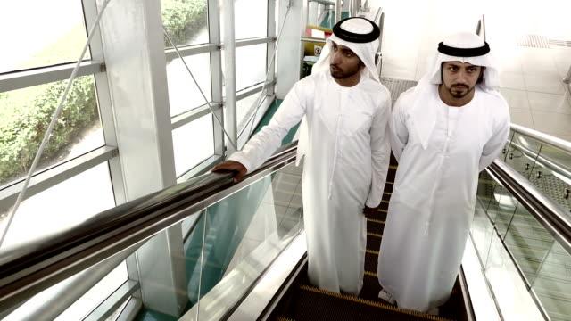 Arabische Geschäftsleute in traditioneller Kleidung – Dubai U-Bahn-Station