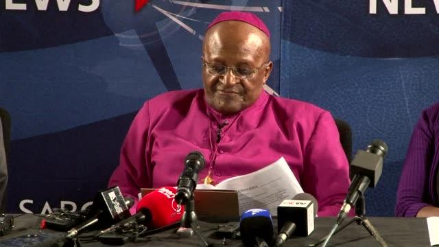 L archeveque sudafricain Desmond Tutu est apparu profondement bouleverse vendredi et n a pas pu retenir des larmes durant une allocution devant la...