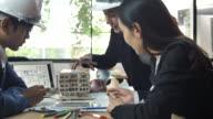 Arkitekt och kollega att konstruera en arkitektonisk modell