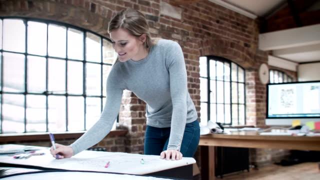 Architetto disegno su cianografie