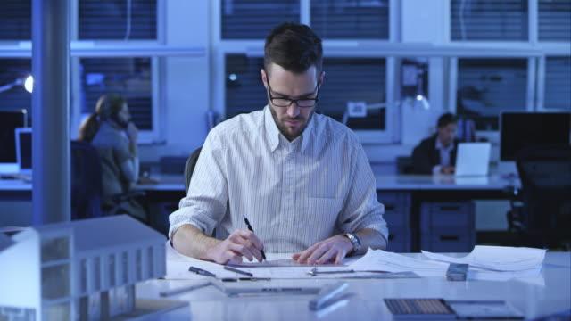 DS Architekten zeichnen die Grundriss für Architektur-Gebäude