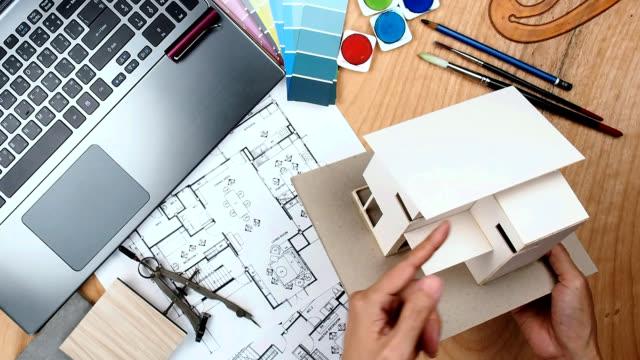 Designer int rieur architecte travaillant sur table de for Interieur ordinateur
