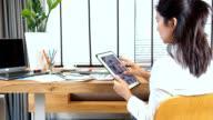 Architetto & designer d'interni, lavorando con tablet