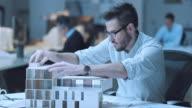 LD Architekten putting einem Dach auf dem architectural model