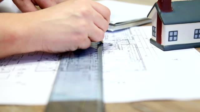 Architetto lavorando su blueprint