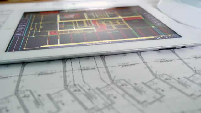 Architect werkt op tafel met digitale tablet