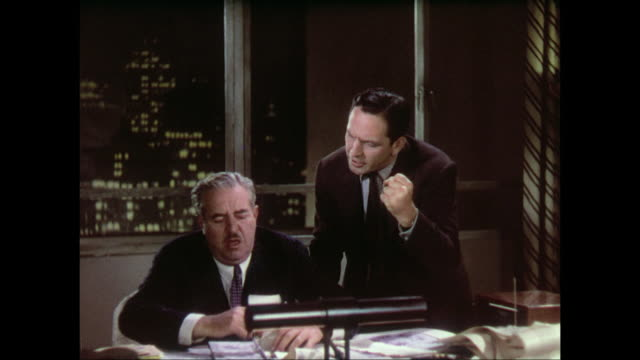 Argumentative reporter (Fredric March) shouts story pitch at editor (Walter Connolly)