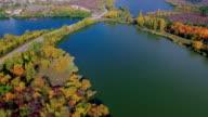 Arial shooting river Landschaft und die Brücke zwischen zwei riversides