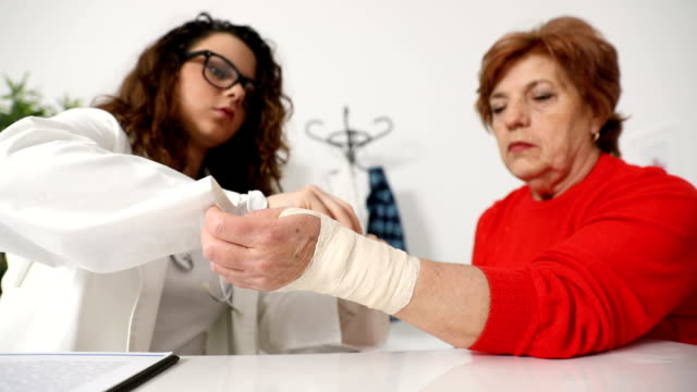 Armverletzung mit Bandage behandelt