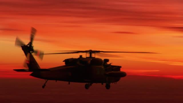 Leger helikopter op zonsondergang achtergrond