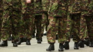 Army Soldiers marcia verso fotocamera HD & PAL