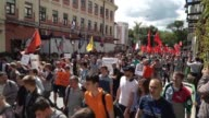 Around 1000 people marched through central Moscow on Sunday to protest against the government's harsh legislative controls on the internet