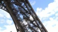 Arreglos en dos de los tres ascensores de la Torre Eiffel llevaron a que la espera para ver Par's desde la altura de este monumento superara las dos...
