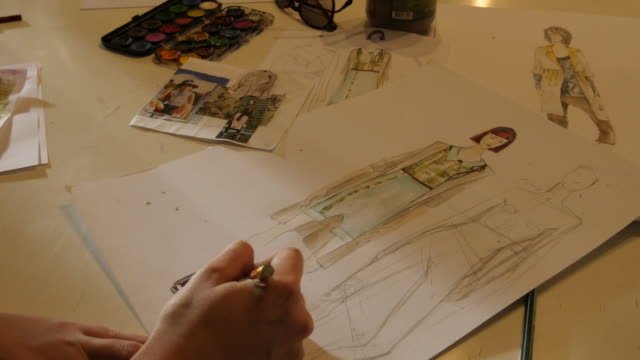 Kunst-Klasse. Mode-Studenten zeichnen Frauen Mode