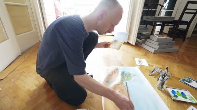 Kunst leraar bezig met nieuwe schilderij.