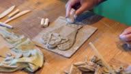 Kunstenaar handen versieren een klei-hoek