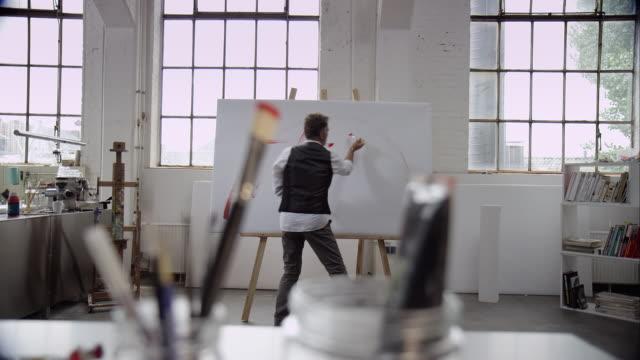 Künstler Malen mit roter Farbe auf Leinwand