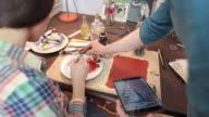 Künstler Lehren Studentin mit einem Digitaltablett.