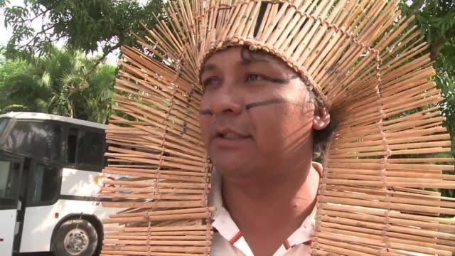 Asi recibe un indigena de la etnia Terena a otros cuarenta que acaban de llegar de Mato Grosso do Sul VOICED Indigenas llegan a Rio 20 on June 13...