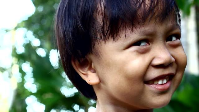 Asiatische junge machen Gesichter