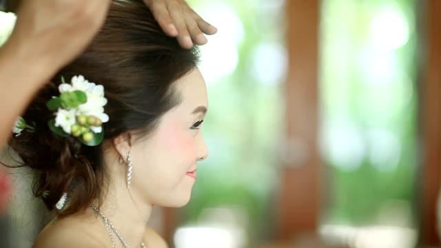 Aziatische bruid kapsel gelet op haar trouwdag