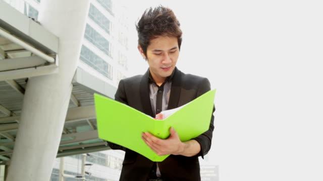 Uomo d'affari asiatico in città moderna